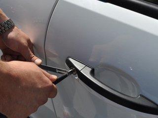 Вскрыть авто с ключами внутри